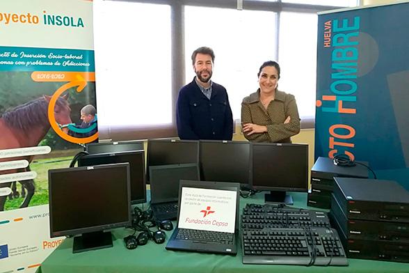 Víctor Rodríguez y Teresa Millán durante el acto de entrega del material informático.