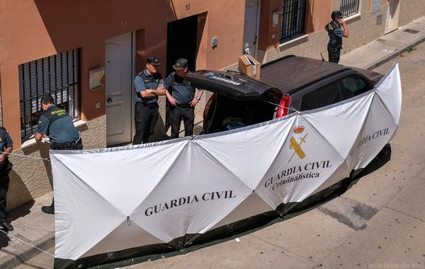 Varios agentes de la Guardia Civil en la entrada del domicilio donde se produjeron los hechos.
