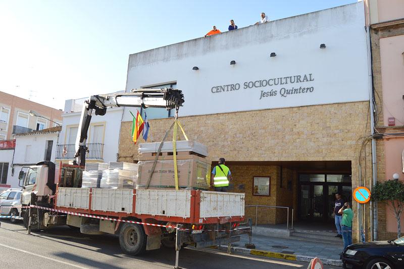 Operarios de Kemtecnia en el momento de descargar las placas solares en el Centro Sociocultural Jesús Quintero