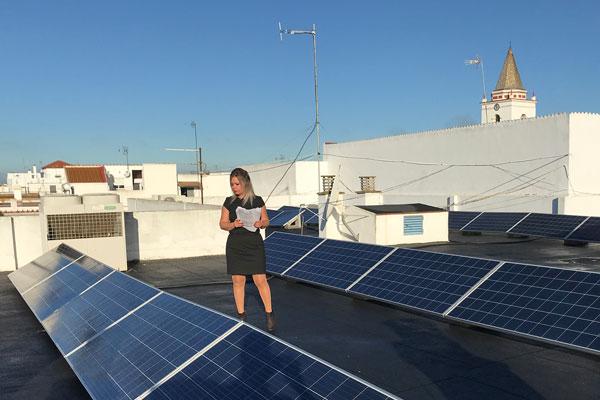 La alcaldesa Rocío Cárdenas revisa las instalaciones de las placas solares en uno de los edificios municipales