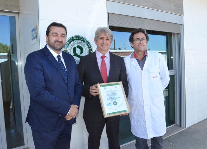 Representantes de Cepsa muestran la certificación QSostenible otorgada  al laboratorio de la Compañía ubicado en la Refinería La Rábida de Palos de la Frontera.