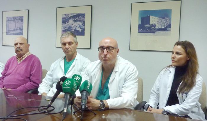 De izquierda a derecha, Rafael Pérez (primer paciente al que se ha implantado un marcapasos sin cable en el centro); Pablo Moriñas, responsable Unidad de Arritmias; José Díaz, responsable servicio de Cardiología y María Jesús Pareja, Directora Médica.
